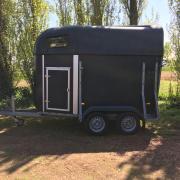 2 paards Hotra Innovatie met zadelkamer