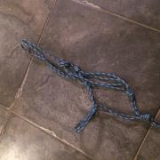blauw touwhalster met touw