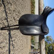 zwart KN dressuurzadel medium boom