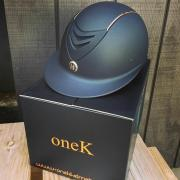 OneK cap met Rose Gold details en zonneklep
