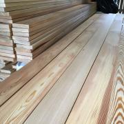Houten planken siberisch lariks voor in de stal weidehout