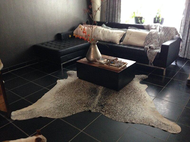 Hoe woonkamer inrichten met donkere vloer - Bruin taupe schilderij ...