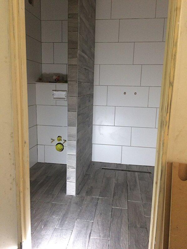 Badkamer tegels mat wit uniek tegels met de uitstraling van sloophout en beton - Badkamer m ...